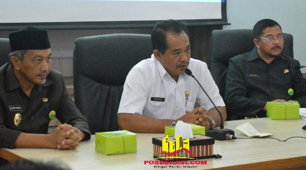 Wakil Walikota Bekasi H Ahmad Syaikhu dan Kepala Bagian Humas Kota Bekasi Dr H Mhd Jufri mengapit Wakil Bupati Klungkung Bali I Made Kasta saat melakukan kunjungan kerja ke Pemko Bekasi, Jumat 28 Oktober 2016.[ISH]