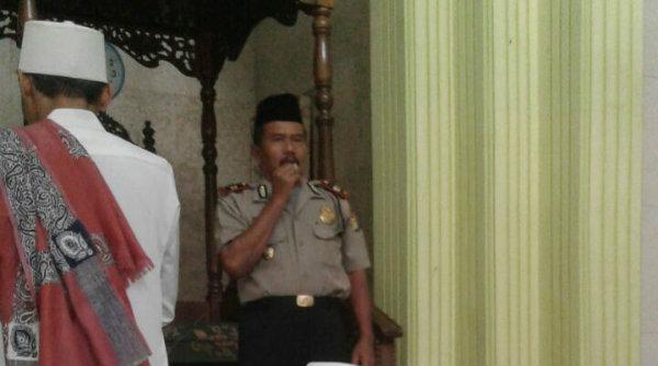 Waka Polsek Setu Iptu H Yamin memberikan pesan Kamtibmas sebelum pelaksanan shalat Jumat di Masjid Jami Al Fawaz Nurul Ghufron di Desa Ciledug, Setu, Jumat 21 Oktober 2016.[HSB]