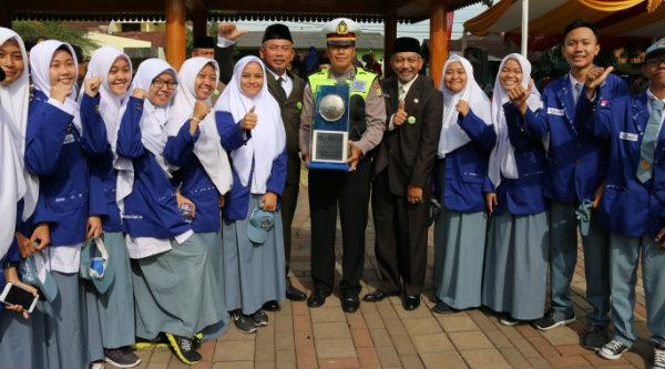 Walikota Bekasi, Rahmat Effendi bersama Wakil Walikota Bekasi, Ahmad Syaikhu, bersama para pelajar yang mengikuti upacara Hari Kesaktian Pancasila di Alun-Alun Pemko Bekasi, Senin 3 Oktober 2016.[ISH]