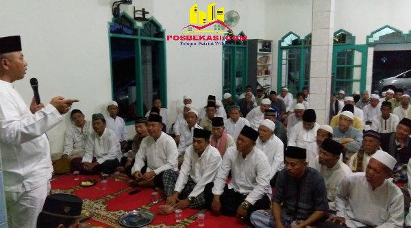Walikota Bekasi, Rahmat Effendi, saat melaksanakan subuh keliling (suling) di Masjid Nurul Huda, RT.002 RW. 002, Kelurahan Bojong Menteng, Sabtu 8 Oktober 2016.[ISH]