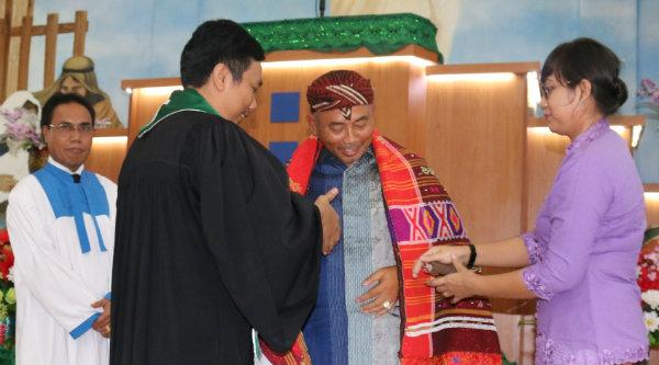 Walikota Bekasi, Rahmat Effendi, mendapat Ulos dari pengurus Gereja HKI, Minggu 2 Oktober 2016.[ISH]
