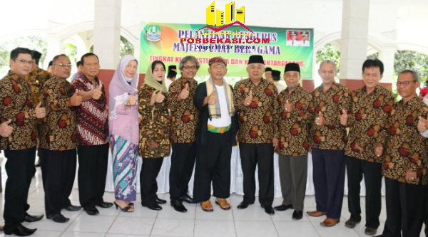 Walikota Bekasi Rahmat Effendi bersama pengurus MUB Kecamatan Mustika Jaya dan Kecamatan Bantargebang, usai pengukuhan, Jumat 14 Oktober 2016.[BEN]