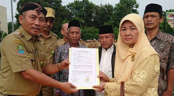 Walikota Bekasi Rahmat Effendi saat menerima hibah tanah dari ahli waris mantan Lurah Pejuang Kota Bekasi.[ISH]