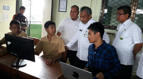 Wakil Walikota Bekasi, H Ahmad Syaikhu, saat melihat kreasi Kejuruan Bbroadcasting, dan ruang belajar TKJ pelajar SMKN 4 Kota Bekasi.[ISH]