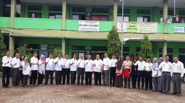 Wakil Walikota Bekasi, H Ahmad Syaikhu, bersama jajaran pengajar SMKN 4 Kota Bekasi.[ISH]