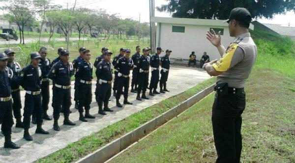 Bripka Nursalim saat memberi pelatihan pada Satpam Perumahan Harvest City.[RAD]