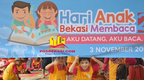 Mobil membaca digemari anak-anak di acara Hari Anak Bekasi Membaca, di Gedung Pakpak Kota Bekasi, Kamis 3 Nopember 2016.[ISH]