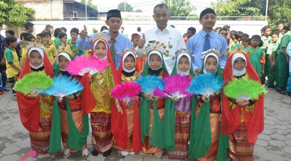 Wakil Walikota Bekasi Ahmad Syaikhu bersama peserta lomba Gamais Ke-6 di SDIT Gameel Akhlak Rawalumbu, Rabu 16 Nopember 2016.[ISH]