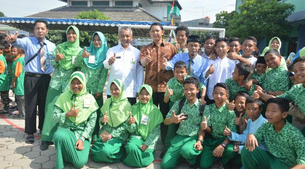 Wakil Walikota Bekasi Ahmad Syaikhu berfoto bersama peserta lomba Gamais Ke-6 di SDIT Gameel Akhlak Rawalumbu, Rabu 16 Nopember 2016.[ISH]