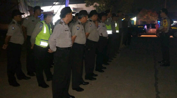 Kapolsek Setu AKP Agus Rohmat saat memimpin apel pengamanan Tabligh Akbar memperingati Hari Pahlawan di Desa Cijengkol, Minggu 27 Nopember 2016 malam.[RAD]