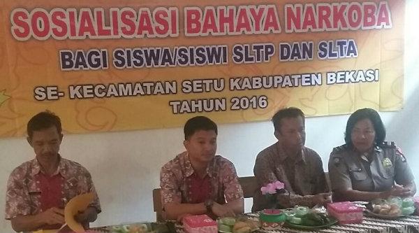 Kanit Binmas Polsek Setu, Iptu Desy Yulhasri (kanan) pada sosialisasi bahaya narkoba bagi pelajar di SMK Industri Nasional Yayasan Yanfiz di Desa Lubang Buaya, Setu, Kabupaten Bekasi, Rab 24 Nopember 2016.[RAD]