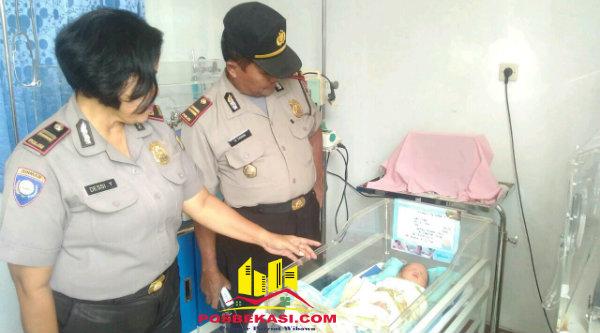Waka Polsek Iptu H. Yamin dan Kanit Binmas Iptu Desy Yulhasri membesuk bayi yang dibuang orangtuanya di Kampung Cijengkol, kini dirawat di RS Kartika Husada, Sabtu 19 Nopember 2016.[IMA]
