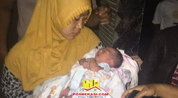 Seorang ibu menggendong bayi laki-laki baru lahir ditemukan di rumah warga Kampung Cijengkol, Setu, pada Kamis 17 Nopember 2016 malam.[RAD]