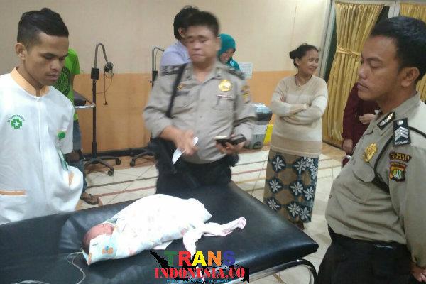 Anggota Polsek Setu membawa bayi ke RS Kartika Husada yang ditemukan di rumah warga Kampung Cijengkol, Setu, pada Kamis 17 Nopember 2016 malam.[RAD]