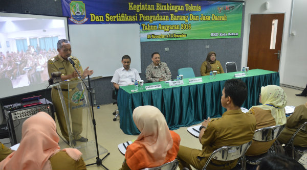 Wakil Walikota Bekasi H Ahmad Syaikhu membuka bimbingan teknis 50 Aparatur Sipil Negara (ASN) dilingkungan Pemko Bekasi, Senin 28 Nopember 2016.[ISH]