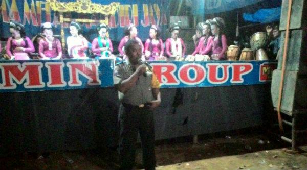 Binmaspol Polsek Setu, Bripka Cartawan saat menyampaikan pesan Kamtibmas pada acara pesta masyarakat.[IST]