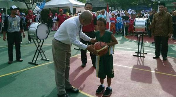 Walikota Bekasi Rahmat Effendi saat memebrikan bola basket pada pebasket tanda dimulainya piala Menpora di Al Azhar 6 Jaka Permai Bekasi Barat.[BEN]