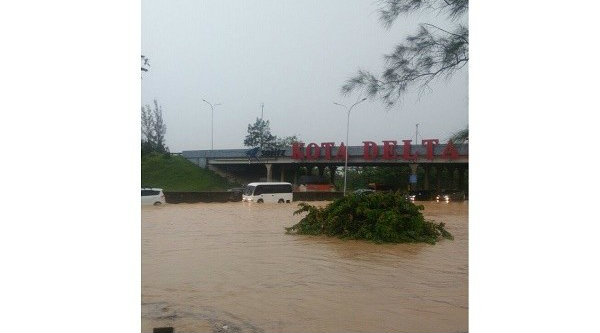 Banjir di gerbang Tol Deltamas, Cikampek pada Minggu 13 Nopember 2016.[IST]