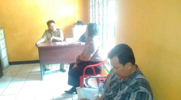 Kanit Binmas Polsek Setu, Iptu Desy Yulhasri dan Kanit Intel Aiptu Suroso memberi pengarahan pada pegawai Desa Muktijaya, Selasa 8 Nopember 2016.[RIN]