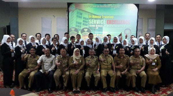 Wakil Walikota Bekasi H Ahmad Syaikhu bersama 30 Front Office yang dilatih untuk melayani masyarakat.[ISH]