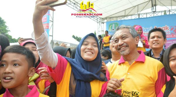 Guru pun ikut selfie bersama Wakil Walikota Bekasi Ahmad Syaikhu di acara Hari Anak Bekasi Membaca, di Gedung Pakpak Kota Bekasi, Kamis 3 Nopember 2016.[ISH]