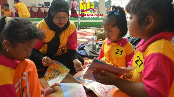 Guru dan anak-anak membaca di acara Hari Anak Bekasi Membaca, di Gedung Pakpak Kota Bekasi, Kamis 3 Nopember 2016.[ISH]