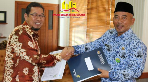 Walikota Bekasi Rahmat Effendi menyerhkan surat pernyataan harta pada Kantor Pelayanan Pajak Direktorat Jenderal Pajak Pratama Bekasi Selatan.[BEN]