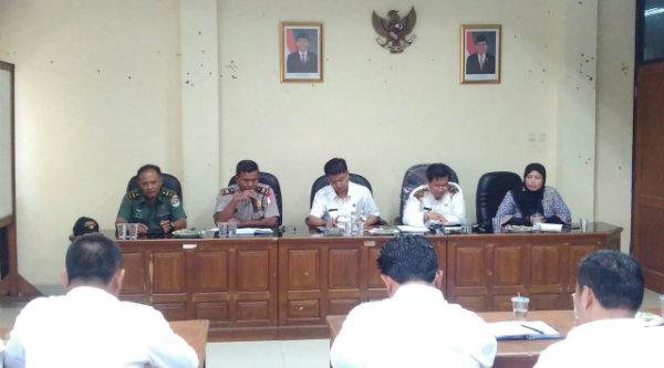 Waka Polsek Setu Iptu H Yamin pada Rapat Minggon Tiga Pilar di Aula Kantor Kecamatan Setu, Rabu 9 Nopember 2016.[RAD]