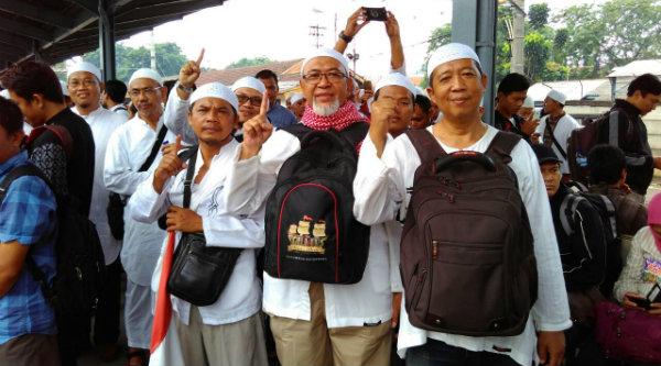 Haji Syarief dan kawan-kawan menunggu umat muslim di Stasiun Kota Bekasi yang akan bergabung turun ke Jakarta sebagai Mujahid Pembela AL Quran.[HSB]
