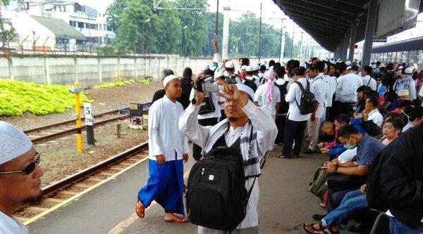Umat muslim Kota Bekasi saat menunggu kereta api di Stasiun Kota Bekasi untuk bergabung ke Jakarta sebagai Mujahid Pembela AL Quran.[HSB]