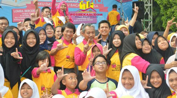 Wakil Walikota Bekasi Ahmad Syaikhu dan Kak Seto bersama anak-anak di acara Hari Anak Bekasi Membaca, di Gedung Pakpak Kota Bekasi, Kamis 3 Nopember 2016.[ISH]