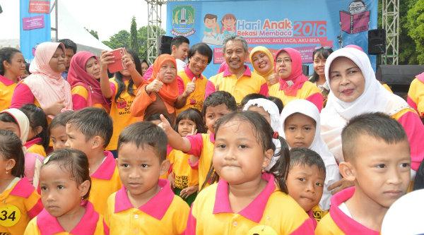 Wakil Walikota Bekasi Ahmad Syaikhu dan Kak Seto bersama anak-anak pada acara Anak Bekasi Membaca di Gedung Pakpak, Kamis 3 Nopember 2016.[ISH]