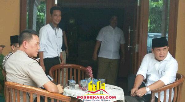 Kapolsek Setu AKP Agus Rohmat dan Ketua DPRD RI Ade Komarudin saat reses di Kampung Burangkeng, Setu, Kabupaten Bekasi, Senin 14 Nopember 2016.[RAD]