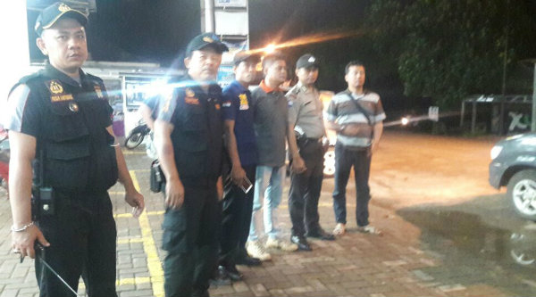 Ketua Pokdar Kamtibmas Riky bersama anggotanya membantu aparat kepolisian melakukan patroli malam.[RAD]