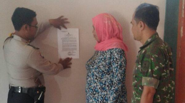 Penempelan maklumat Kapolda Metro Jaya dilakukan oleh anggota Polsek Setu.[LIN]