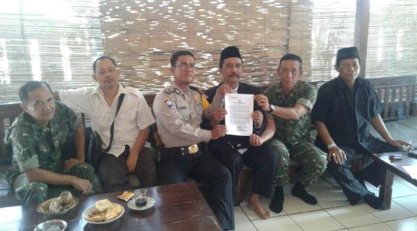 Anggota Polsek Setu melakukan penyebaran maklumat Kapolda Metro Jaya kepada tokoh-tokoh agama dan masyarakat.[LIN]