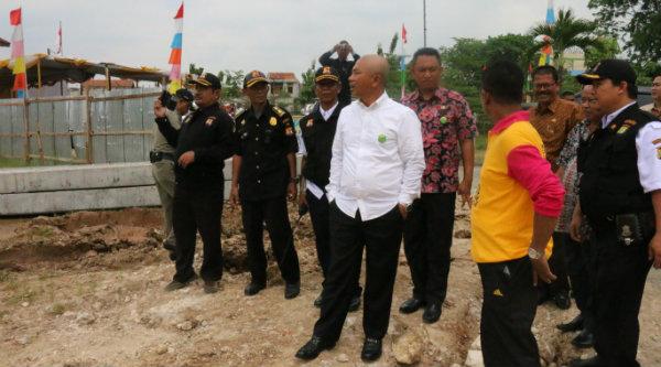 Walikota Bekasi, Dr. Rahmat Effendi saat meninjau lokasi tanah untuk pembangunan Mako Satpol PP.[BEN]