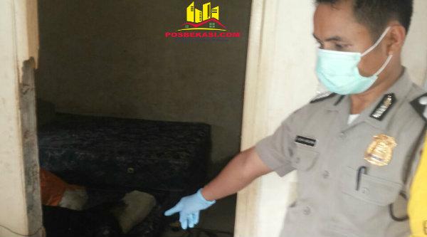 Bripka Asfar Rohim di rumah korban perumahan Grand Residence Clusster Tirtayasa yang ditemukan sudah meninggal.[IDH]