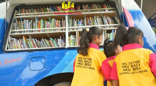 Mobil baca dihadirkan pada acara Hari Anak Bekasi Membaca, di Gedung Pakpak Kota Bekasi, Kamis 3 Nopember 2016.[ISH]
