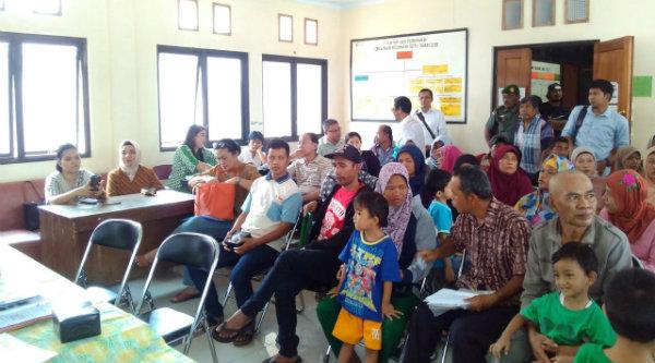 Warga Desa Taman Rahayu tengah menunggu proses pembayaran ganti rugi tanah untuk pembanguna Tol Tol Cimanggis – Cibitung, di Kantor Kecamatan Setu, Kabupaten Bekasi, Kamis 17 Nopember 2016.
