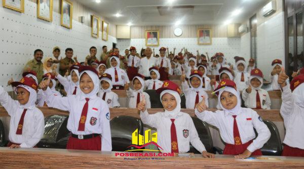 Walikota Bekasi, Dr. Rahmat Effendi bersama pelajar SD Negeri Aren Jaya III yang berkunjung ke Kantor Walikota Bekasi, Selasa 1 Nopember 2016.[BEN]