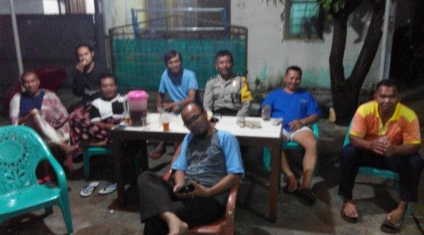 Kasi Humas Polsek Setu Aiptu Parjiman nobar bersama warga Perumahan Bekasi Timur Regensi (BTR) Indonesia Lawyer Club (ILC), Selasa 8 Nopember 2016 malam.[HSB]
