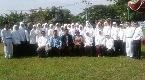 Kanit Binmas Setu Iptu Desy Yulhasri bersama guru dan pelajar Yayasan At Taqwa Desa Lubangbuaya, Kecamatan Setu, Kabupaten Bekasi, memperingati Hari Pahlawan, Kamis 10 Nopember 2016.[HSB]