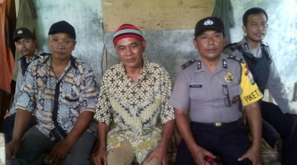 Pamdal Aiptu Parjiman melakukan patroli dialogis di perkampungan, Kecamatan Setu.[IMA]