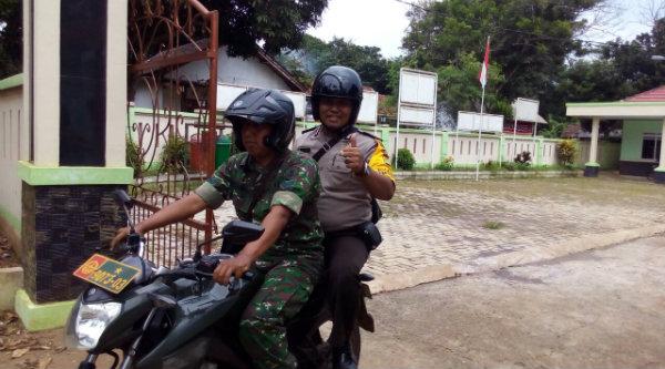 Bripka Ugi Handoko dan Babinsa Desa Ragemanunggal, juga dilakukan patroli motor untuk memantau pengamanan wilayah perumahan Harvest City dan Kampung Ragemanunggal.[RAD]