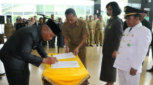 Walikota Bekasi, Dr. Rahmat Effendi menandatangani surat keputusan pejabat Esselon II dan Esselon III yang dilantik pada Selasa 1 Nopember 2016.[BEN]