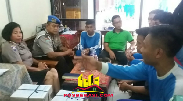 Kanit Binmas Polsek Setu Iptu Desy Yulhasri besama guru dan pelajar SMK Negeri 1 Setu, Rabu 30 Nopember 2016.[RAD]