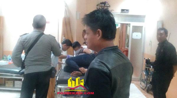 Pelaku pencurian yang dihakimi warga Cijengkol dibawa petugas Patroli Polsek Setu ke RS Kartika Husada untuk mendapatkan perawatan.[BEN]