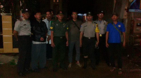Pasukan pengamanan kunjungan silaturahmi Cawabup Bekasi, Bambang Sumaryono, di Kampung Serang, Desa Taman Rahayu, Setu, Minggu 13 Nopember 2016 malam.[RAD]