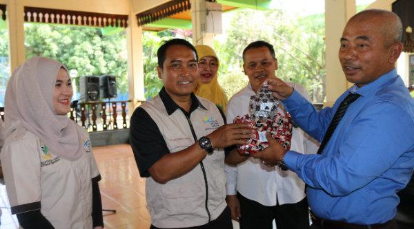 Walikota Bekasi Rahmat Effendi dan Koordinator PKH Kota Bekasi, Usep Satriana di Pendopo Walikota Bekasi, Rabu 9 Nopember 2016.[BEN]